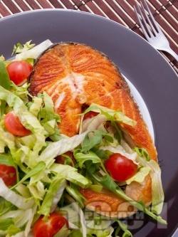 Котлети от риба от сьомга пържени на тиган със свежа салата - снимка на рецептата